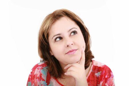 mujer pensativa: Primer plano de una mujer joven y atractiva pensamiento, aislados en fondo blanco.