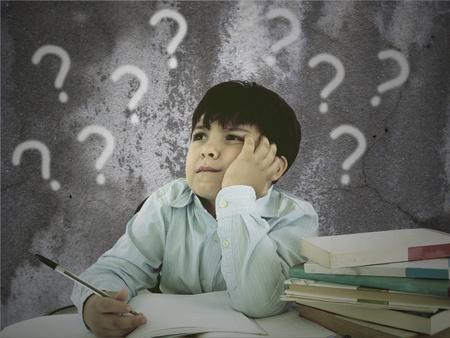 persona confundida: Estudiante pensativa hermosa aislado sobre fondo blanco