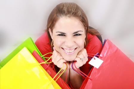 compras compulsivas: Mujer hermosa que sostiene bolsos de compras Foto de archivo