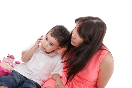 junge Mutter und ihr Sohn verbringen Zeit miteinander. Konzentrieren Sie sich in dem kleinen Jungen. Standard-Bild
