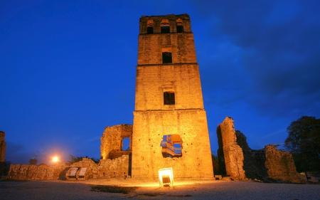 Panama La Vieja, de oude Spaanse stad verwoest door piraten. De UNESCO-erfgoed ruïnes bij verre zijn van de kathedraal en de belangrijkste structuren. Foto genomen vanuit de bisschop huis (of Pedro Alarcon's) ruïnes in de ondergaande zon. Stockfoto