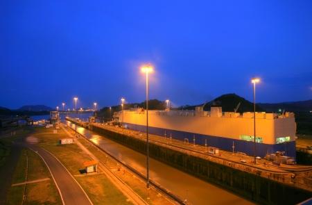夕日にパナマ運河