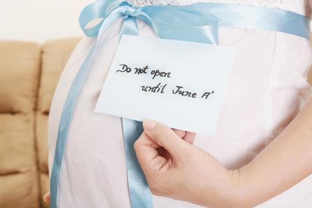 not open: Pancia incinta con un nastro azzurro e un detto tag non si aprono fino a