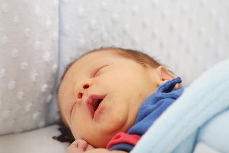 yawing: Gui�ada reci�n nacido. Centrarse en la boca