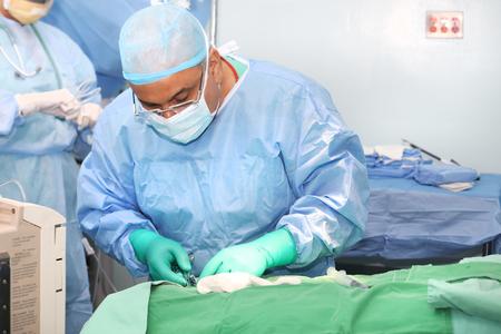Arts die instrumenten gebruikt in een operatie