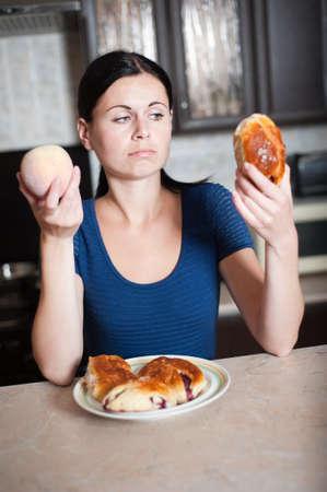 alkalmasság: Fiatal nő úgy dönt, a barack és a pite. Törődnek egészségügyi Stock fotó