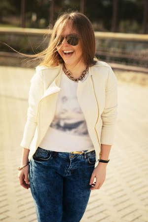 junge nackte m�dchen: Junge h�bsche blonde Frau posiert im Sommer Sonnenschein. Art und Weiseportrait.