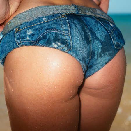 culo donna: ass sexy. vista posteriore di adattamento giovane donna. ora legale. Moda stile Vogue. Foto con i filtri in stile instagram