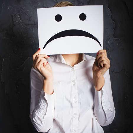 caras de emociones: mujer con marcos con caras tristes. Foto del concepto sobre el fondo oscuro