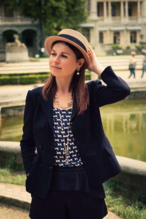 femme parisienne Élégant Parisienne pose sur un photoshoot. portrait de jeune fille à la