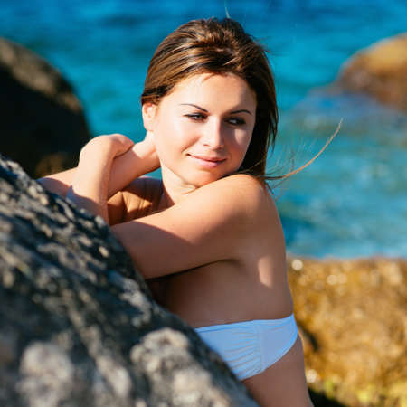 niñas sonriendo: retrato hermoso soleado de una mujer joven que goza de sol de verano. Foto con filtros estilo Instagram