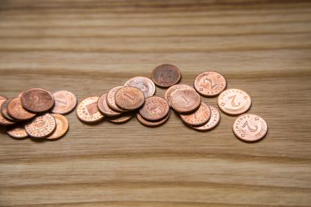 monedas antiguas: Monedas de Letonia viejas en backgrouns de madera. Lats y céntimos.