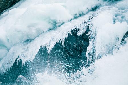 ノルウェーの冬に凍った川に沿って美しい氷の形成