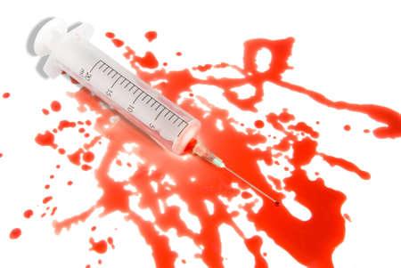 krankenschwester spritze: Medizinische Spritze im Spatterblutpf�tze�berschuss-Wei�hintergrund. Kleiner Bluttropfen am Nadelende.