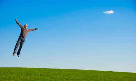 cerveza negra: Hombre grueso Happy saltando sobre campo de hierba verde.