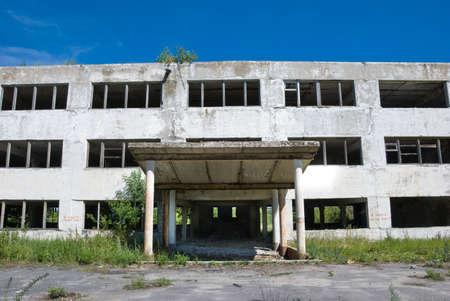 Edificio abandonado con las ventanas rotas. Vista frontal  Foto de archivo - 3624367