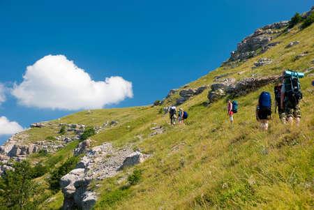 clamber: Gruppo di escursionisti arrampicarsi in montagna