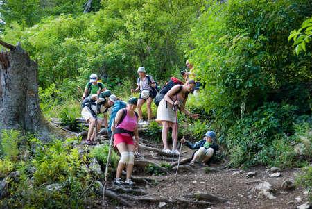 clamber: Escursionista scendere su una pista sassosa
