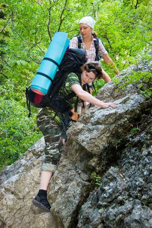 clamber: Escursionista arrampicarsi sulle pietre