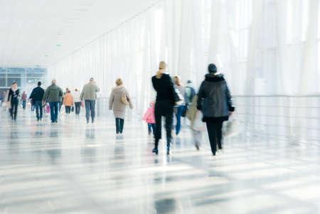 personas caminando: Personas caminando en el centro moderno. Moci�n borrosa.