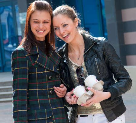 lesbienne: Deux heureux de rire les filles dans la rue