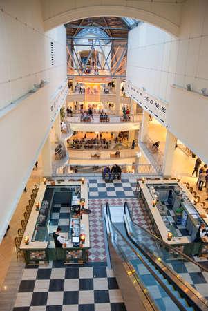 multilevel: Persone in un centro commerciale multilivello