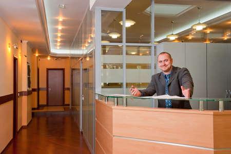 recepcionista: Empresario afable en el interior de la Oficina moderna Foto de archivo
