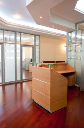 superficie: Interior de la Oficina moderna - recepci�n y lugar de trabajo   Foto de archivo