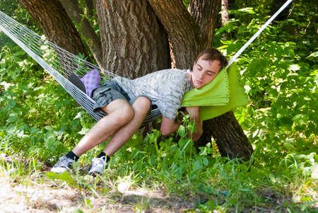 hamaca: Guy relajante en la hamaca en un bosque  Foto de archivo