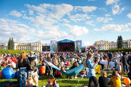 """莫斯科 -  6月5:VII国际节日的人民""""USADBA爵士乐""""。2010年6月5日在俄罗斯莫斯科的""""Archangelskoye Mansion""""露天音乐会"""