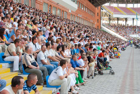 SUMY, Ucrania - el 28 de junio: El público en las gradas en un partido de fútbol 28, 2010 de Sumy, Ucrania