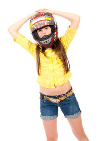 Retrato de colegiala en el casco aislado en blanco