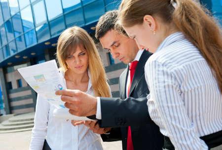n�gociation: Les gens d'affaires r�unis � un centre-ville moderne.