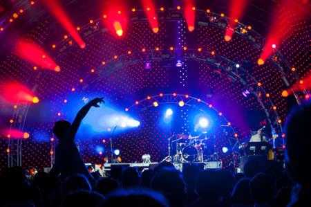 alzando la mano: Multitud de fans en un concierto al aire libre en vivo