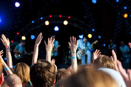 foule mains: Foule de fans ?n concert en plein air en direct