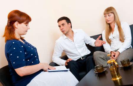 Jong echtpaar raadpleegt bij de psycholoog