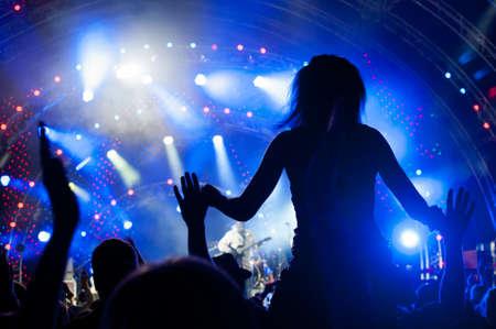 concierto de rock: Multitud de fans en un concierto al aire libre Foto de archivo