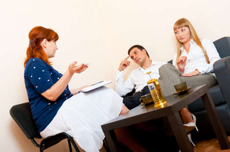 Young married couple consults at the psychologist Stockfoto