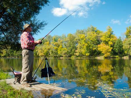 hombre pescando: Pescador captura un alto nivel de peces en el r�o en el anzuelo