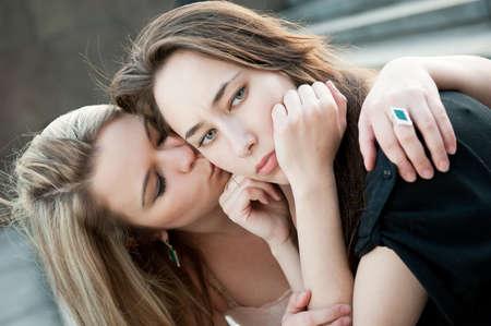 lesbianas: Dos niñas triste pena por cada uno al aire libre otros Foto de archivo
