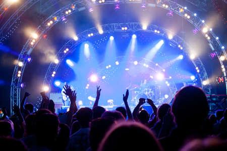 concierto de rock: Multitud de fans en un concierto al aire libre en vivo