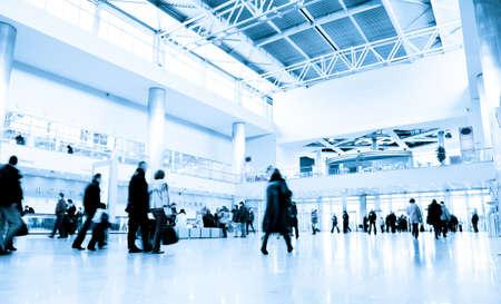 beursvloer: Mensen in moderne business center hal. Motion blur. Afgezwakt in blauw