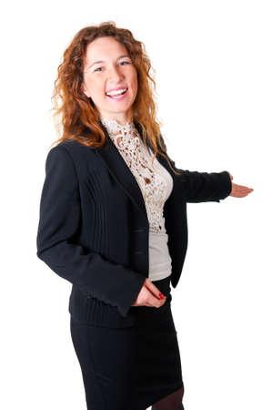 제스처: 환영 친절 한 미소 비즈니스 여자. 흰색 배경 위에 절연