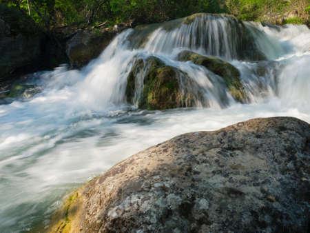 Fließendes Wasser im Gebirgsfluss Standard-Bild