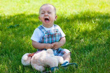우는 아이가 풀밭에 앉아