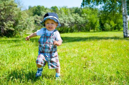 공원에서 유아 복용 첫 단계 스톡 콘텐츠