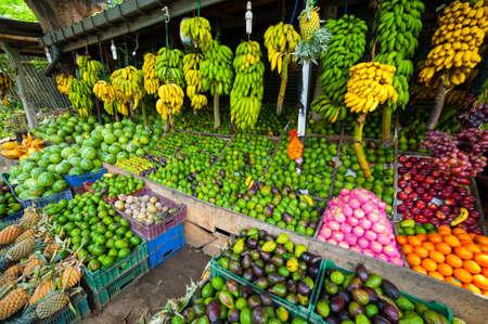스리랑카에있는 야외 시장에서 열대 과일을 많이 스톡 콘텐츠