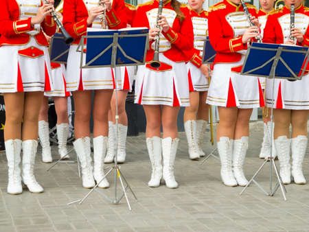 Chica Brass Band en uniforme rojo de realizar photo