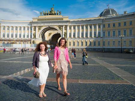palacio ruso: Dos mujeres j�venes caminando en la Plaza del Palacio de San Petersburgo.