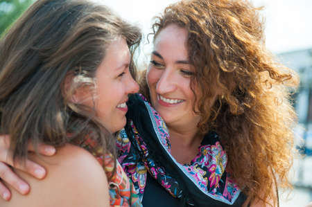 두 행복 젊은 아름 다운 여성의 초상화 스톡 콘텐츠